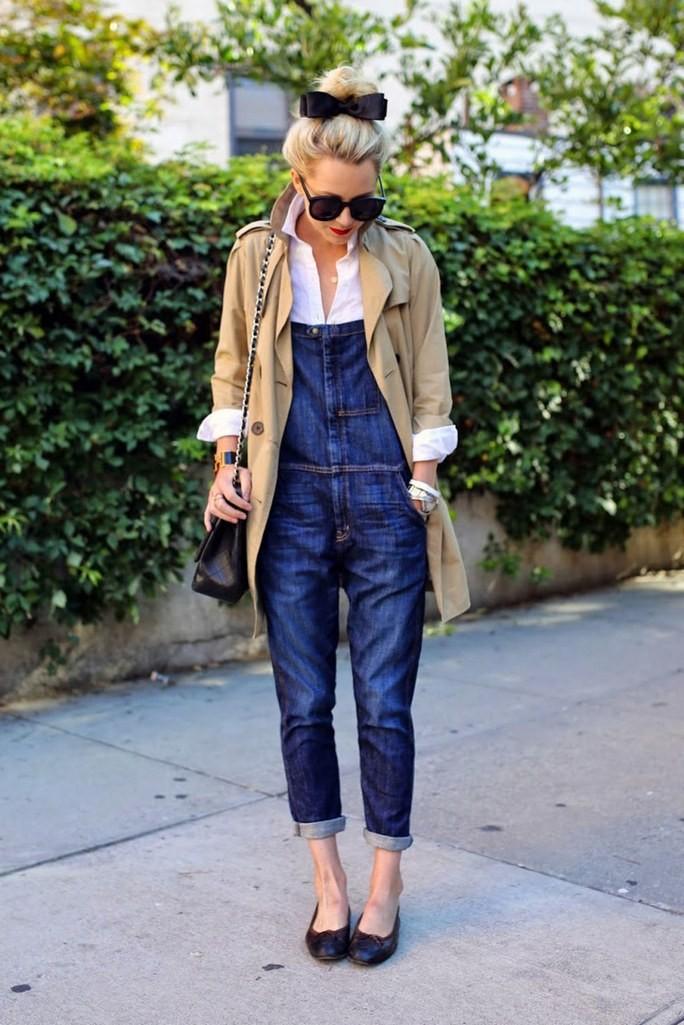 Как носить джинсовый комбинезон с рубашкой: мода 2020
