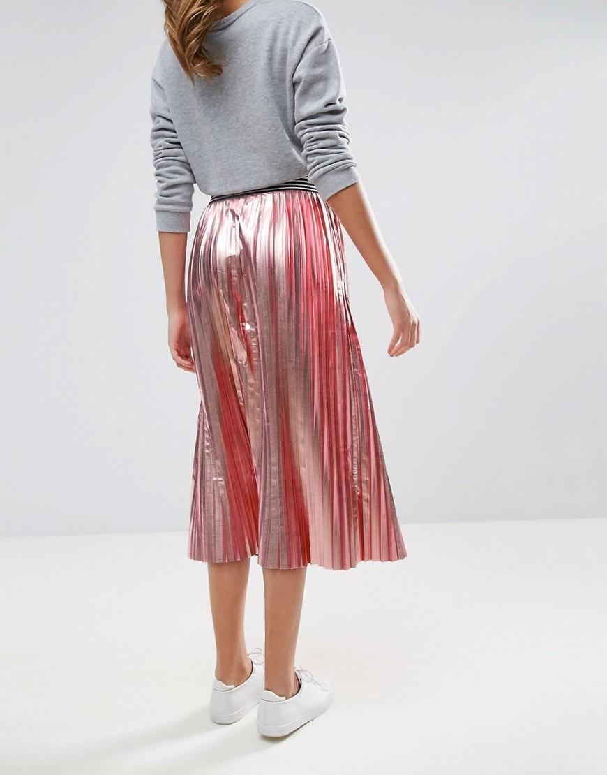 Юбка плиссе с кроссовками: модные луки 2020
