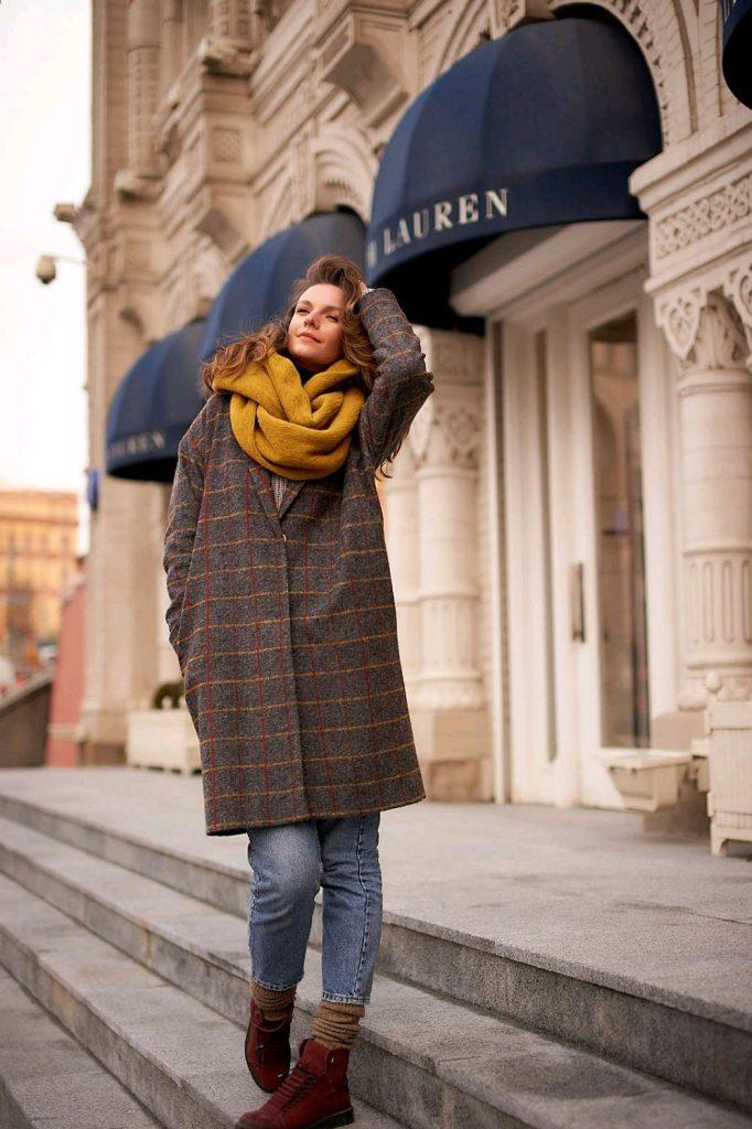 Яркий шарф с коричневым пальто
