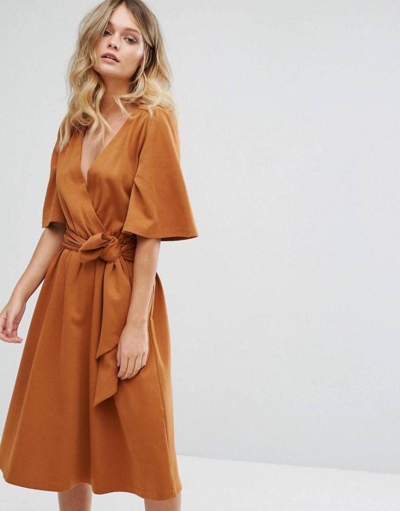 Платье с запахом подчеркнет грудь