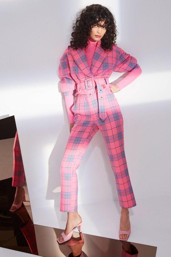 Ярко-розовый костюм