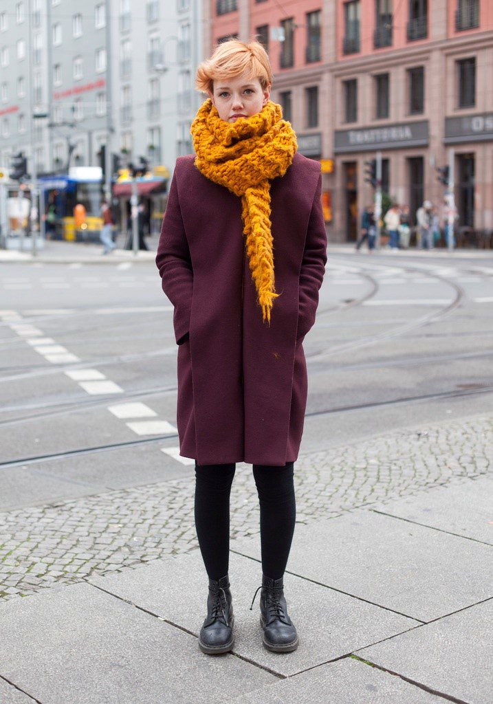 Шарф с верхней одежде бордового цвета