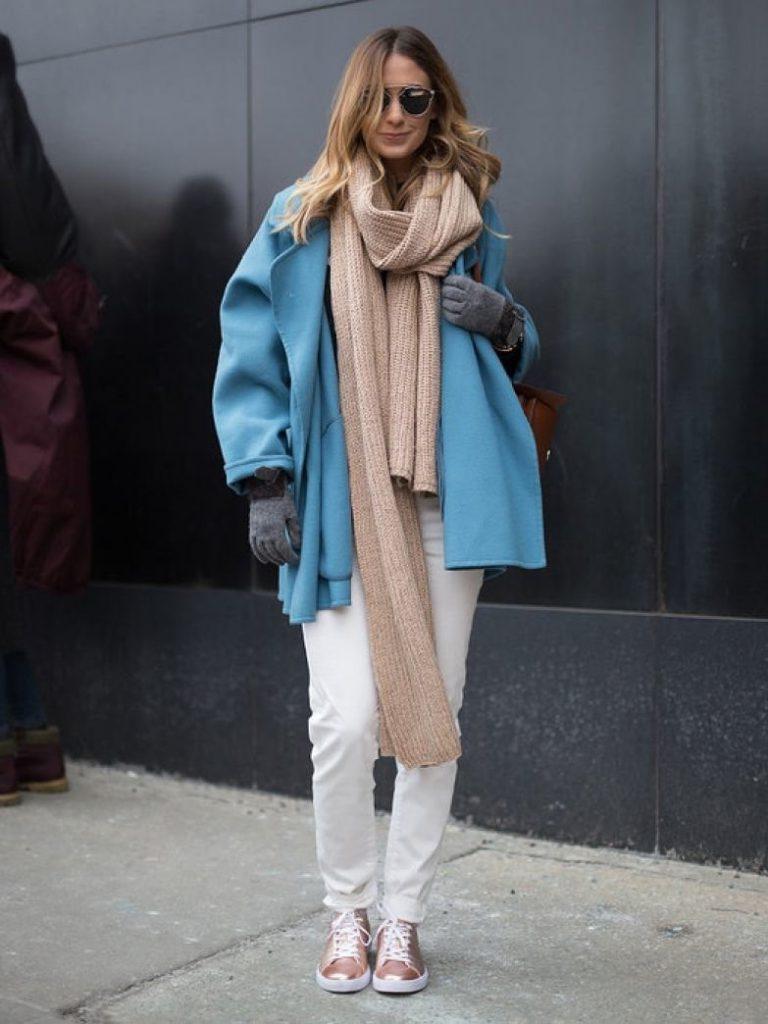 Бежевый шарф с голубым пальто