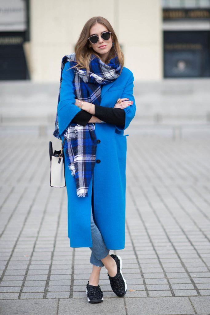 Синее пальто с шарфом