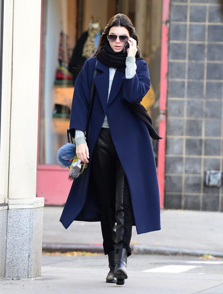 Шарф к темно-синему пальто
