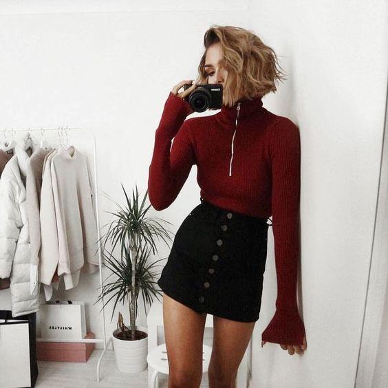 Черная джинсовая мини-юбка и заправленный свитер винного цвета