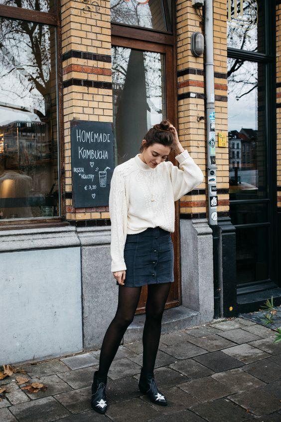 16 Джинсовая темно-синяя юбка, оригинальные ботильоны и белый джемпер оверсайз