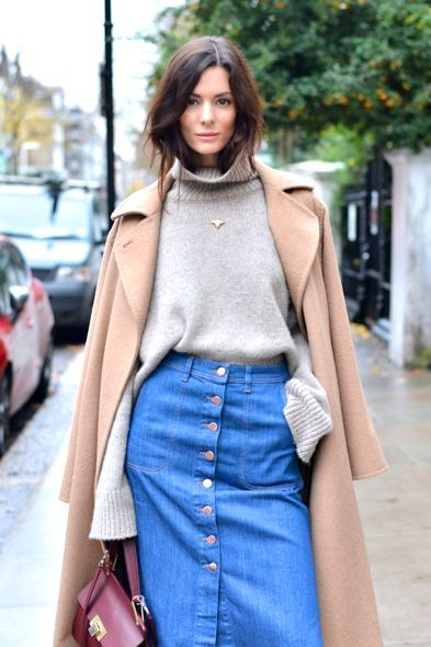 Свитер оверсайз и голубая джинсовая юбка в сочетании с бежевым длинным пальто – классика городских улиц