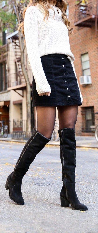 Белый свитер и черная юбка из денима