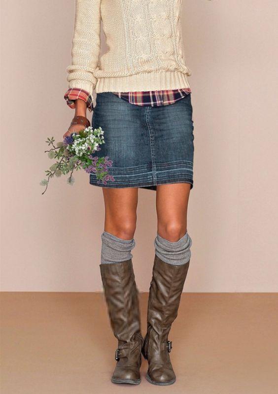 Джинсовая юбка с гетрами и вязаным джемпером