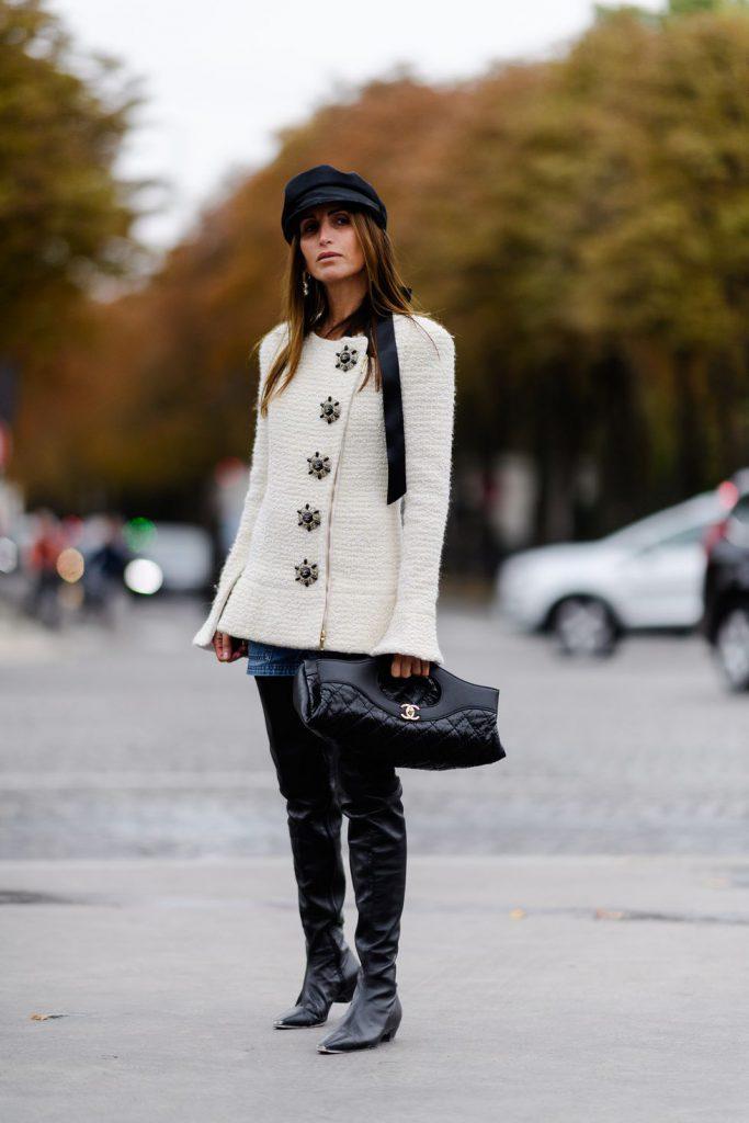 Джинсовая юбка с белым укороченным пальто и высокими сапогами