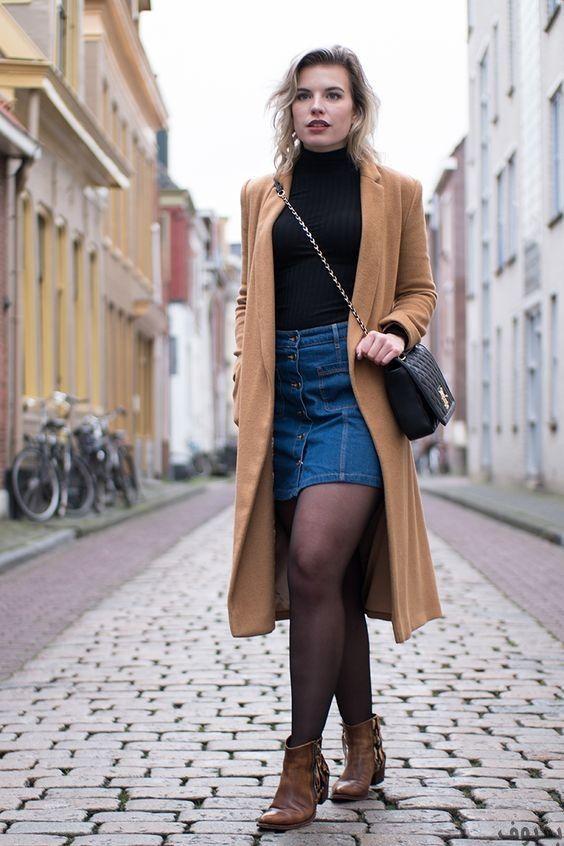 Классическое бежевое пальто, и черная водолазка удачно дополняют юбку из денима
