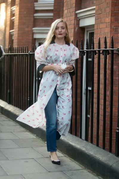 Как правильно носить платье 👗 с джинсами: тренды 2020 с фото