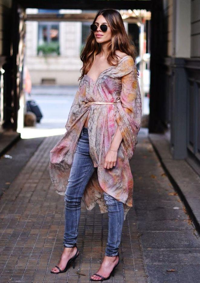 Яркое пальто-халат с джинсами