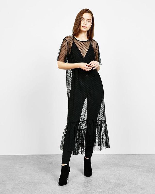 Светлые джинсы и плотное платье-сетка