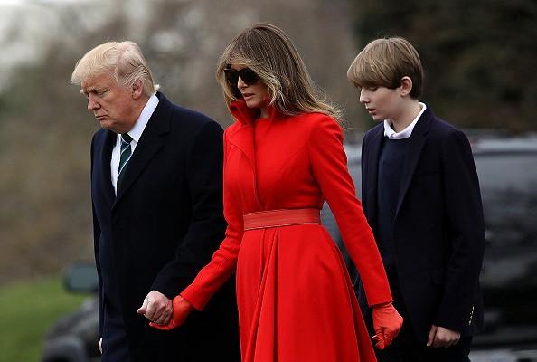 Красный тренч на Мелани Трамп