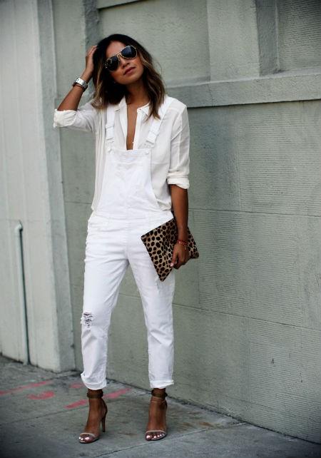 Образы с джинсовым комбинезоном в белом