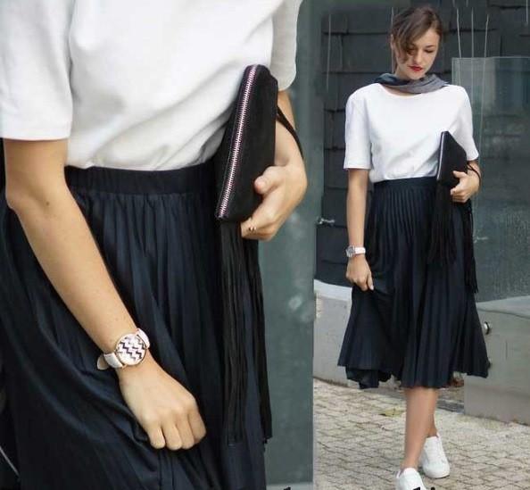 Темная юбка плиссе с кедами