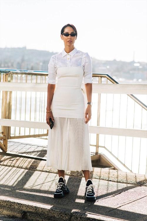 Белая юбка плиссе и белый верх