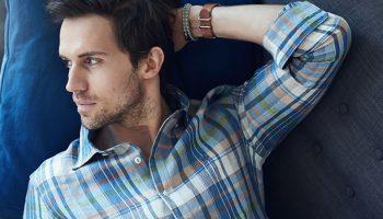 Как правильно носить рубашку с джинсами мужчине